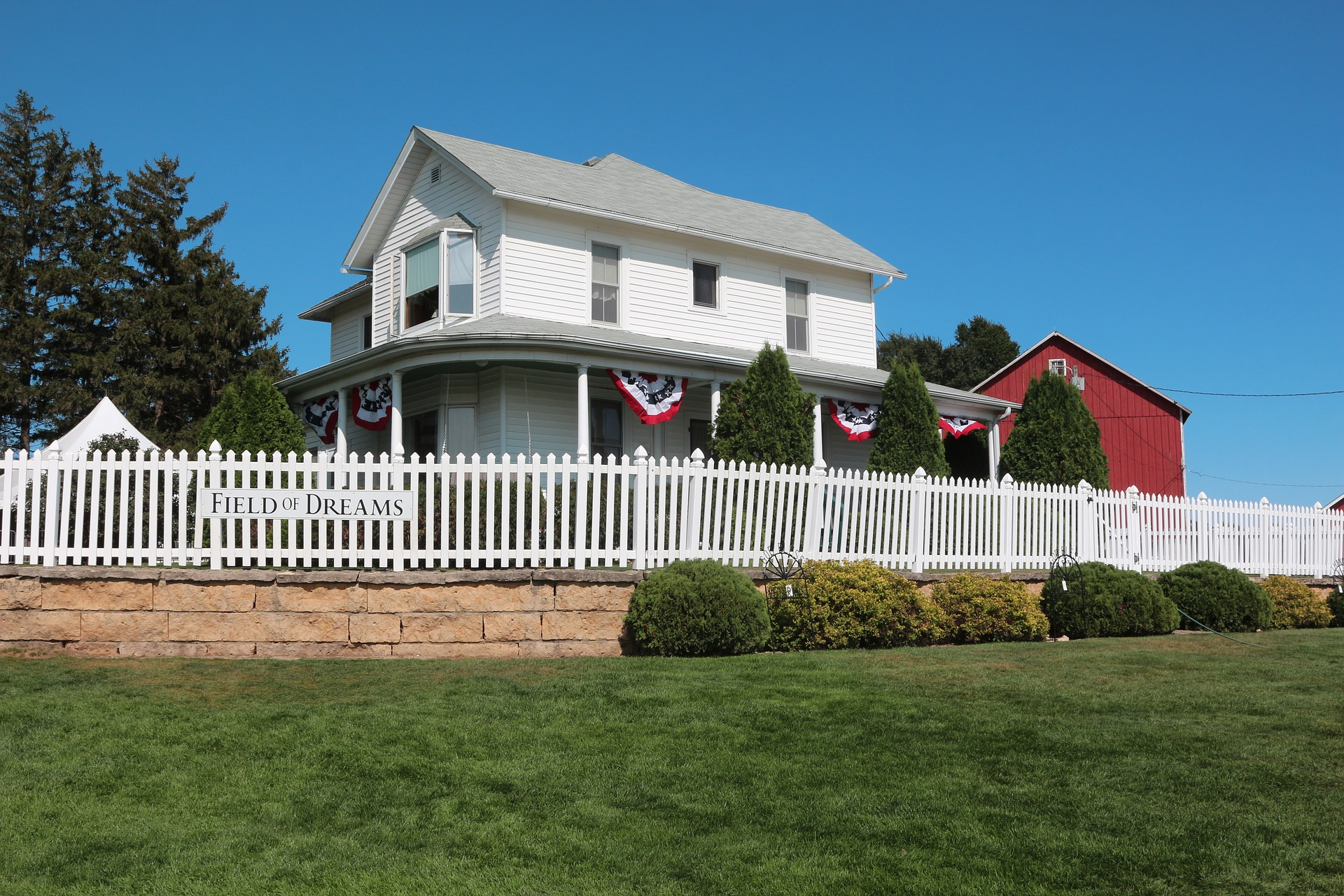 A white farmhouse with a picket fence located in Dyersville, Iowa, that was used in the baseball movie Field of Dreams.